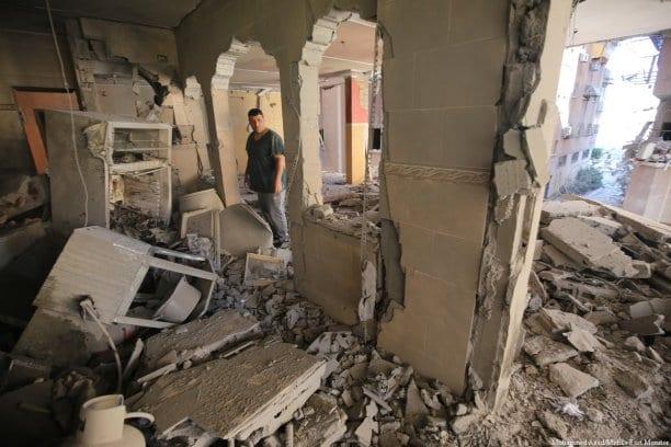 Edificios dañados después de que Israel realizara ataques aéreos en Gaza el 19 de mayo de 2021 [Mohammed Asad/MonitordeOriente].