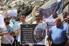 El Foro de Medios de Comunicación de Gaza celebra una protesta frente a la Torre Al-Jawhara para poner de manifiesto los ataques de Israel a las instituciones mediáticas.