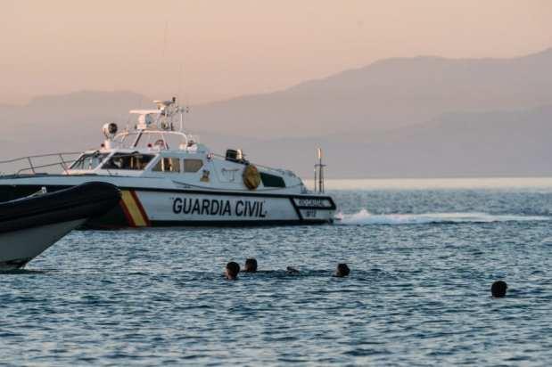 La Guardia Civil trabaja para retener a los migrantes que llegan a nado a Ceuta el 19 de mayo de 2021 [Diego Radames/Anadolu Agency]