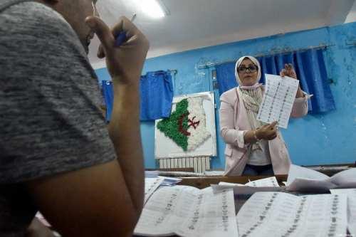 Argelia detiene a 35 personas acusadas de fraude y falsificación…