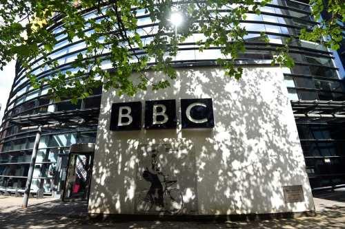 La BBC desata la indignación tras eliminar contenidos tras la…