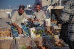 Refugiados sirios que huyen de los ataques del régimen de Assad y de sus partidarios, compran alimentos y artículos de primera necesidad en los mercados del campo de refugiados de Mashhad Ruhin antes del Eid al-Adha en Idlib, Siria, el 18 de julio de 2021 [Muhammed Said/Anadolu Agency].