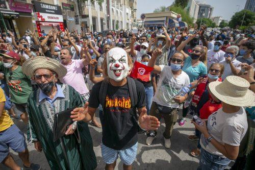 """Los manifestantes de Túnez denuncian la """"corrupción y el fracaso""""…"""