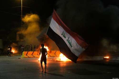 Manifestantes iraquíes bloquean una carretera principal en protesta por los…