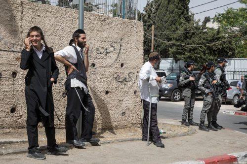 Un palestino y su hijo heridos por colonos israelíes en…