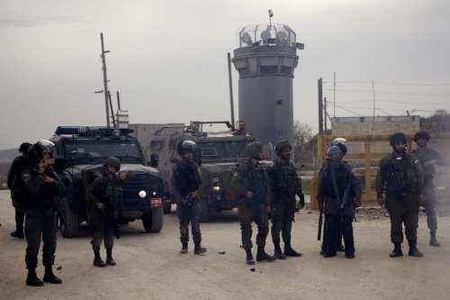 Israel asalta las celdas de las cárceles palestinas y traslada…