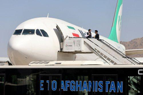 El primer avión de pasajeros procedente de Irán aterriza en…