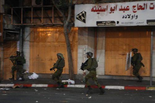 Informe: 100 palestinos heridos en la represión israelí de las…
