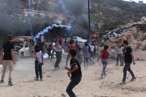 Las fuerzas israelíes hieren a cientos de manifestantes palestinos en…