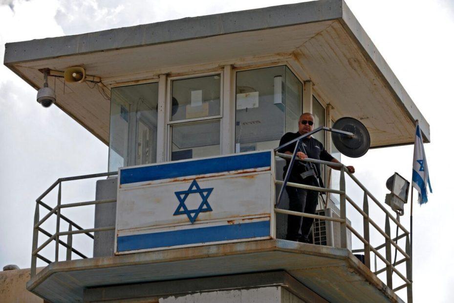 Un agente de policía vigila desde una torre de observación en la prisión de Gilboa, en el norte de Israel, el 6 de septiembre de 2021 [JALAA MAREY/AFP vía Getty Images].
