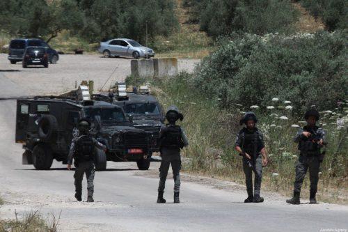 Soldados israelíes le rompen un brazo a un médico palestino