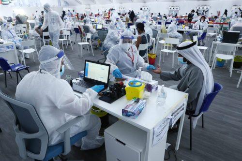 Los casos diarios de COVID-19 en los Emiratos Árabes caen…