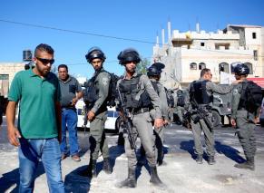 Forças israelenses isolam o perímetro durante a demolição da residência ainda em obras do palestino Ali Mohammad al-Allami, sob alegação de falta de alvará, no distrito de Beit Ummer, em Hebron (Al-Khalil), Cisjordânia, 3 de outubro de 2019 [Mamoun Wazwaz/Agência Anadolu]