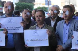 Manifestantes demonstram solidariedade ao jornalista palestino Muath Amarneh, em Gaza, 17 de novembro de 2019 [Mohammed Asad/Monitor do Oriente Médio]