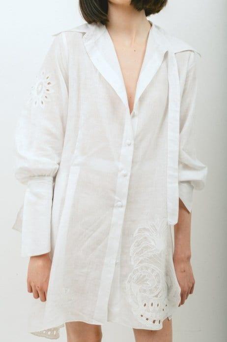Frente e costas de uma camisa feita para um cliente particular. Corte em algodão orgânico Khadi de Lucknow com detalhes de apliques de uma toalha de mesa antiga bordada à mão doada por uma propriedade na Suíça. Foto: Ray Chehab