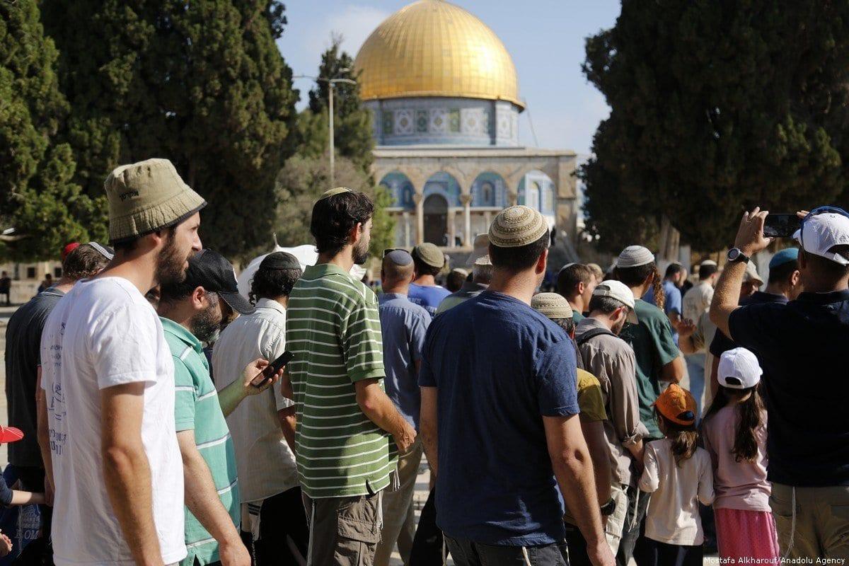 Colonos israelenses invadem os pátios da Mesquita de Al-Aqsa em Jerusalém, 22 de julho de 2018 [Mostafa Alkharouf/Agência Anadolu]