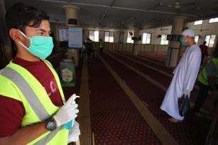 Gaza permitiu que as mesquitas permanecessem abertas na última sexta-feira do Ramadã, apesar da pandemia de coronavírus. [Mohammed Asad / Oriente Médio Monitor]