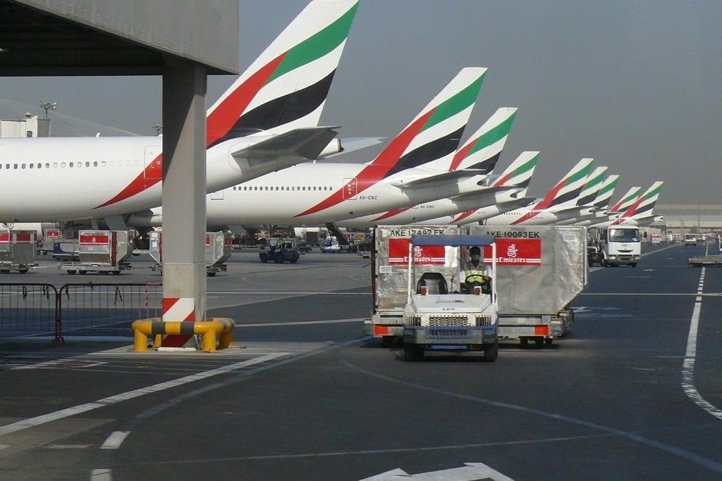 Aviões da companhia aérea Emirates no Aeroporto Internacional de Dubai, Emirados Árabes Unidos, 23 de setembro de 2007 [Imre Solt/Wikipedia]