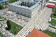 Uma foto de drone mostra muçulmanos fazendo oração depois de rezar em massa nas mesquitas em Istambul, Turquia, em 29 de maio de 2020 [Muhammed Enes Yıldırım/ Agência Anadolu]