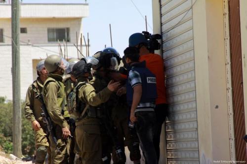 Soldados israelenses prendem jornalistas palestinos que cobriam protesto, 20 de outubro de 2017 [Nedal Eshtayah / Apaimages]