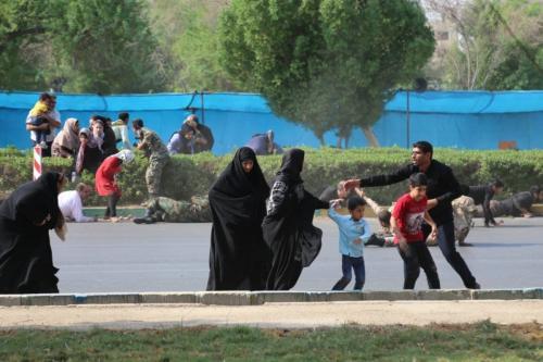 Civis fogem às pressas após homens armados atacarem uma marcha militar na cidade iraniana de Ahvaz, em 22 de setembro de 2018 [Mehdi Pedramkhoo/Agência Anadolu]
