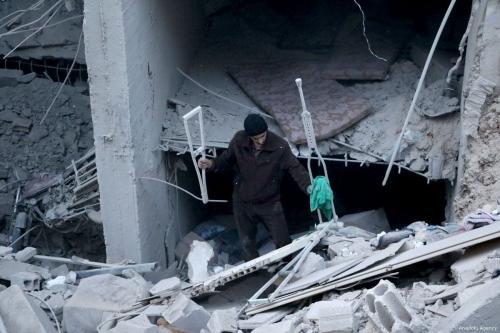 Homem inspeciona hospital destruído por ataques aéreos do regime de Bashar al-Assad, em Ghouta Oriental, Síria, 21 de outubro de 2018 [Diaa Al-Din Samout/Agência Anadolu]