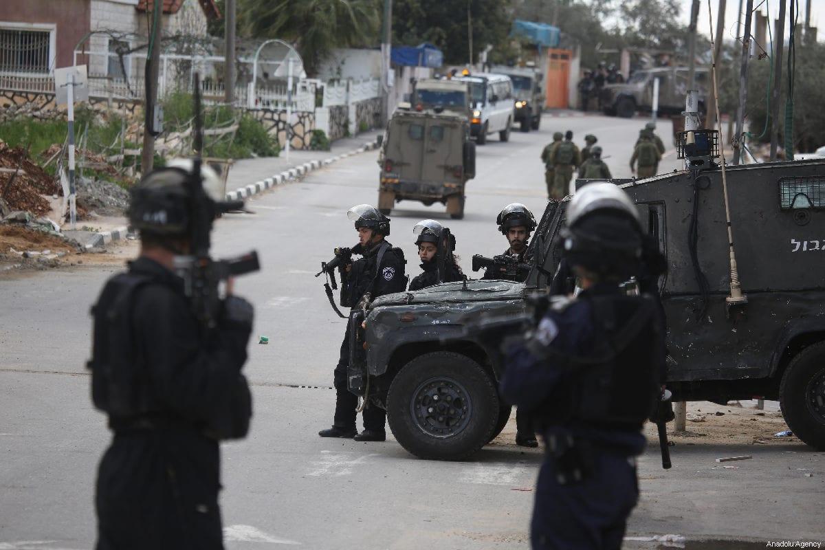 Soldados israelenses fecham estradas na Cisjordânia em 17 de março de 2019 [Issam Rimawi / Agência Anadolu]