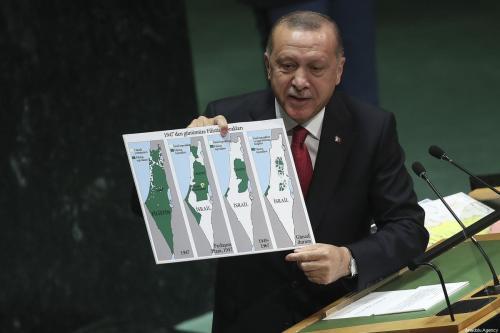Presidente da Turquia, Recep Tayyip Erdogan, segura um mapa enquanto fala na 74ª sessão da Assembléia Geral da ONU na sede da ONU em Nova York, Estados Unidos, em 24 de setembro de 2019. [Erçin Top - Anadolu Agency]