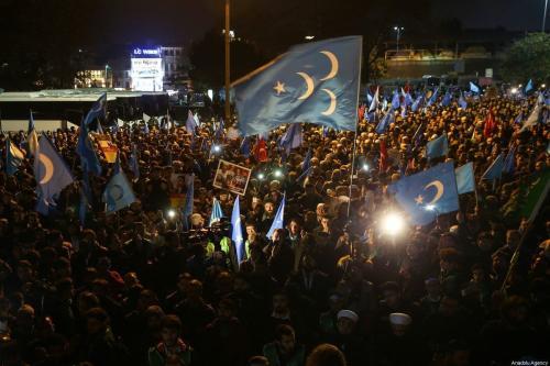 Milhares participam de uma manifestação de 'grito silencioso' contra a perseguição da China de uigures em Xinjiang, na mesquita de Fatih, em 20 de dezembro de 2019 em Istambul, Turquia [İslam Yakut / Agência Anadolu]