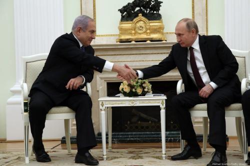 O presidente russo Vladimir Putin cumprimenta o primeiro-ministro israelense Benjamin Netanyahu durante suas conversações no Kremlin, em 27 de fevereiro de 2019 em Moscou, Rússia [Mikhail Svetlov/ Getty Images]