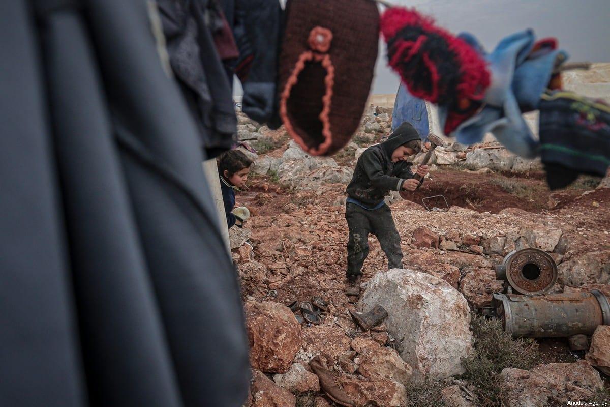 Crianças de famílias sírias deslocadas à força são vistas em um campo de refugiados em Idlib, noroeste da Síria, 14 de fevereiro de 2020 [Muhammed Said/Agência Anadolu]