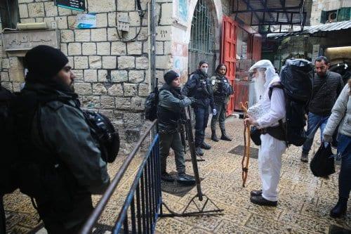 Forças israelenses vigiam postos de controle durante a pandemia de coronavírus, antes da Oração de sexta-feira em Jerusalém, em 20 de março de 2020 [Mostafa Alkharouf / Agência Anadolu]