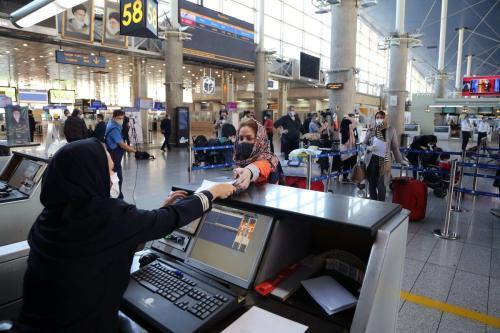 Passageiros no Aeroporto Internacional Imã Khomeini, em Teerã, capital iraniana, 27 de abril de 2020 [Fatemeh Bahrami/Agência Anadolu]