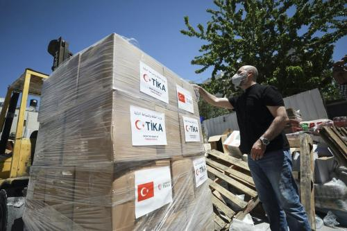 Pacotes de ajuda humanitária da Agência de Cooperação e Coordenação da Turquia (TIKA) chegam a local de distribuição a pessoas em necessidade em Ramallah, Cisjordânia ocupada, 4 de maio de 2020 [Issam Rimawi/Agência Anadolu]