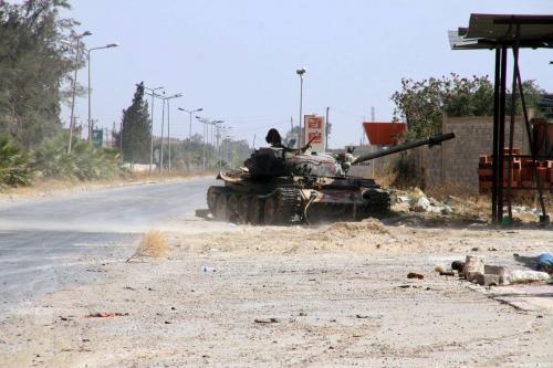 Um tanque é visto próximo ao Exército líbio em direção a Tarhuna, depois de retomar o principal aeroporto do país das milícias de Khalifa Haftar, anunciando a libertação completa da capital Trípoli, em 4 de junho de 2020 em Trípoli, Líbia. [Hazem Turkia/Agência Anadolu]