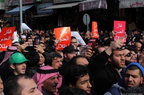 Jordanianos protestam contra acordo de gás natural entre Jordânia e Israel, na capital Amã, 3 de janeiro de 2020 [Laith Al-Jnaidi/Agência Anadolu]