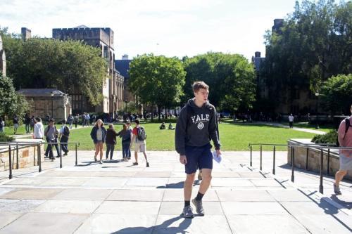 Estudantes caminham no campus da Universidade de Yale, em New Haven, Connecticut, Estados Unidos, 27 de setembro de 2018 [Yana Paskova/Getty Images]