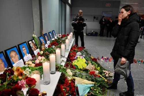 Memorial às vítimas do Boeing 737-800, da companhia Ukraine Airlines, abatido na capital iraniana Teerã, instalado no aeroporto de Boryspill, em Kiev, Ucrânia, 8 de janeiro de 2020 [Sergei Supinsky/AFP/Getty Images]