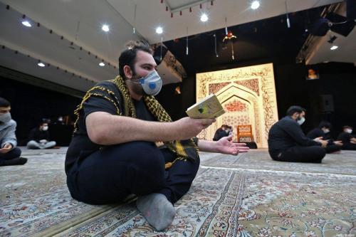 Cidadão iraniano participa das orações do Layat al-Qadr, uma das noites mais sagradas do mês do Ramadã, durante surto do coronavírus, em uma mesquita de Teerã, Irã, 13 de maio de 2020 [Atta Kenare/AFP/Getty Images]