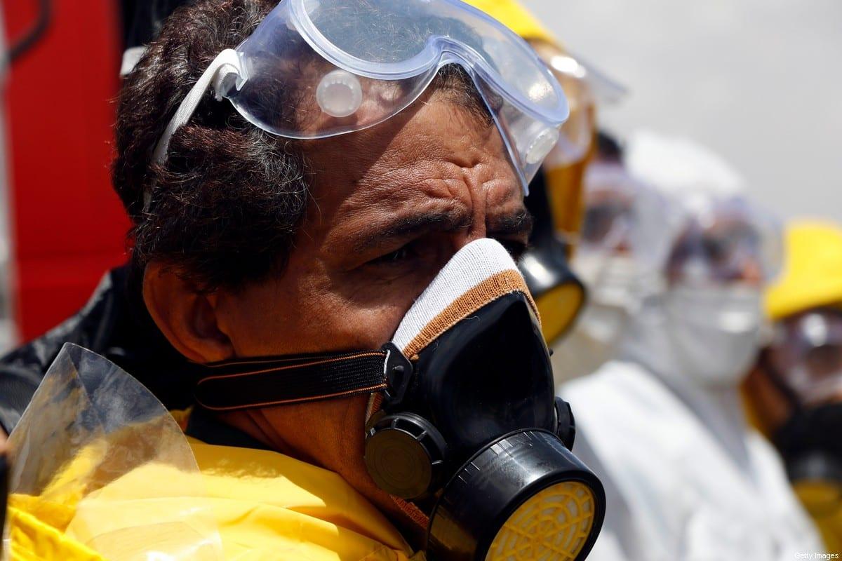 Equipe médica pulverizam desinfetantes nas ruas como medidas de precaução contra a propagação do coronavírus em 25 de março de 2020 em Sana'a, Iêmen [Mohammed Hamoud / Getty Images]