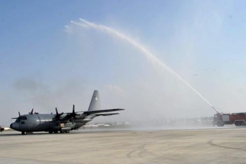 Jato de água é pulverizado sobre uma aeronave de transporte C-130 em sua chegada a Aeroporto internacional de Cabul em 9 de outubro de 2013. [Noorullah Shirzada / AFP via Getty Images]