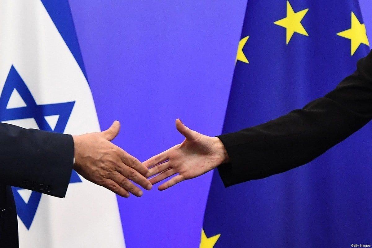 Primeiro-Ministro de Israel Benjamin Netanyahu cumprimenta Federica Mogherini, chefe de política internacional da União Europeia, durante coletiva de imprensa no Conselho Europeu, em Bruxelas, Bélgica, 11 de dezembro de 2017 [Emmanuel Dunan/AFP/Getty Images]