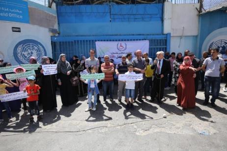 Palestinos protestam contra decisão da UNRWA de revoar contratos temporários de 106 funcionários, na Faixa de Gaza, 10 de junho de 2020 [Mohammed Asad/Monitor do Oriente Médio]