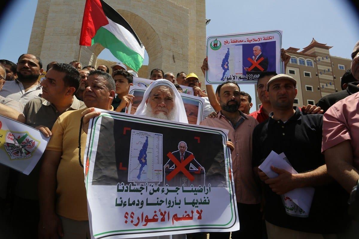 Palestinos protestam contra planos de anexação israelense da Cisjordânia ocupada, em 11 de junho de 2020 [Abed Rahim Khatib/Agência Anadolu]