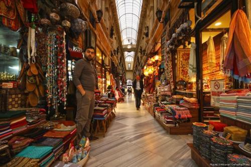 Átrio antigo com diversas lojas e comércios de bens tradicionais, em Istambul, Turquia, 30 de março de 2014 [Miguel Virkkunen Carvalho/Flickr]