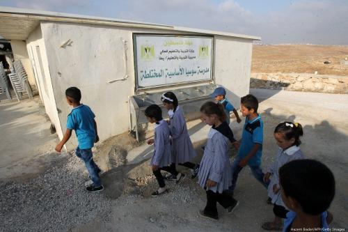 Crianças palestinas chegam a uma escola na Cisjordânia ocupada, 12 de novembro de 2018 [Hazem Bader/AFP/Getty Images]