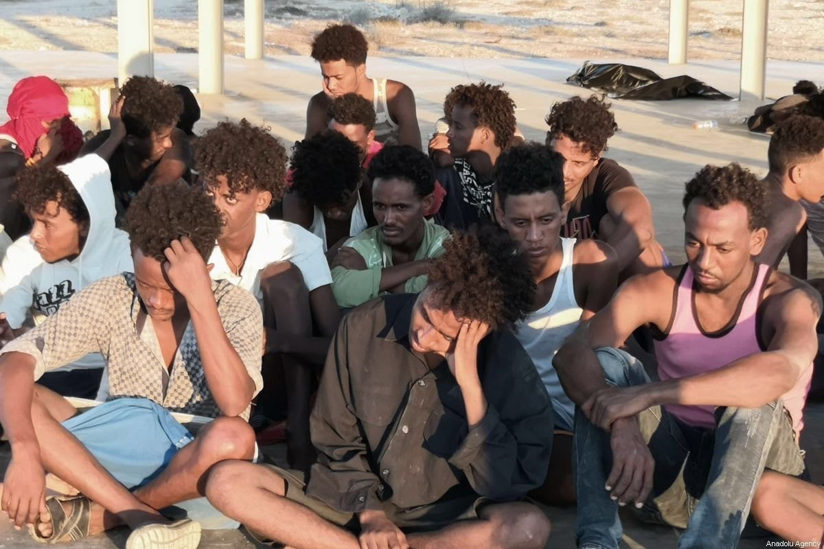 Um grupo de migrantes resgatados pela Guarda Costeira da Líbia depois que um barco afundou na cidade de Al-Khoms, Líbia, em 25 de julho de 2019 [Hazem Turkia/ Agência Anadolu]
