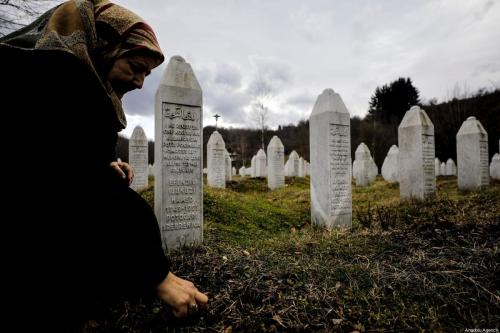 Fazila Efendic visita os túmulos de seu marido e filho, que morreram no massacre de Srebrenica, na Bósnia, 15 de fevereiro de 2020 [Samir Jordamovic/Agência Anadolu]