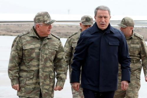 O ministro da Defesa da Turquia, Hulusi Akar (2º esq.), o chefe do Estado-Maior General Yasar Guler (esq.), comandante das Forças Armadas, general Umit Dundar (dir.) em visita à fronteira síria em Hatay, Turquia, em 21 de fevereiro de 2020. [ Arif Akdoğan - Agência Anadolu]