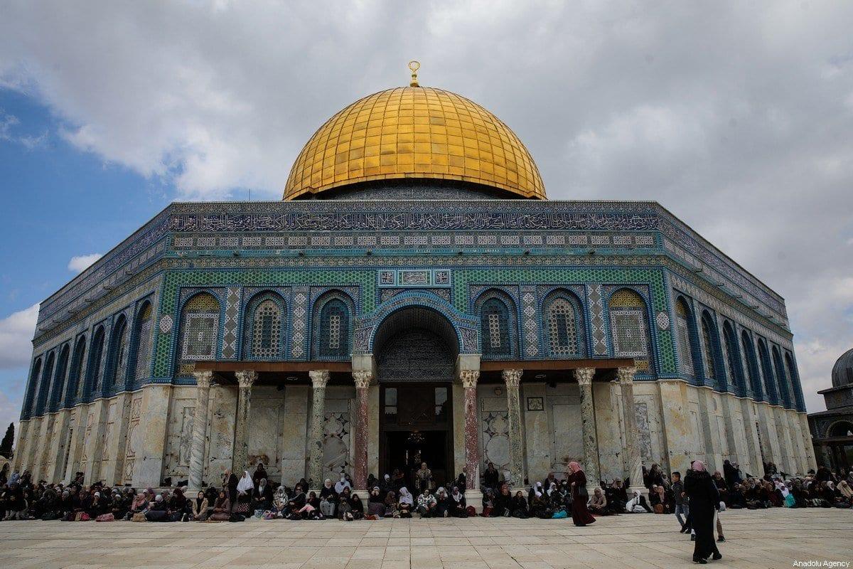 Muçulmanos reúnem-se para realizar a oração de sexta-feira no complexo da Mesquita de Al-Aqsa, em Jerusalém, 21 de fevereiro de 2020 [Mostafa Alkharouf/Agência Anadolu]